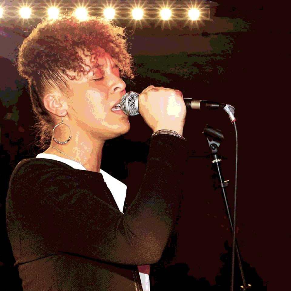 Lorylo, chanteuse, devenir indépendante, concert